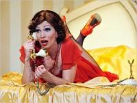 Vaszary János: A vörös bestia - az Újszínház színpadán